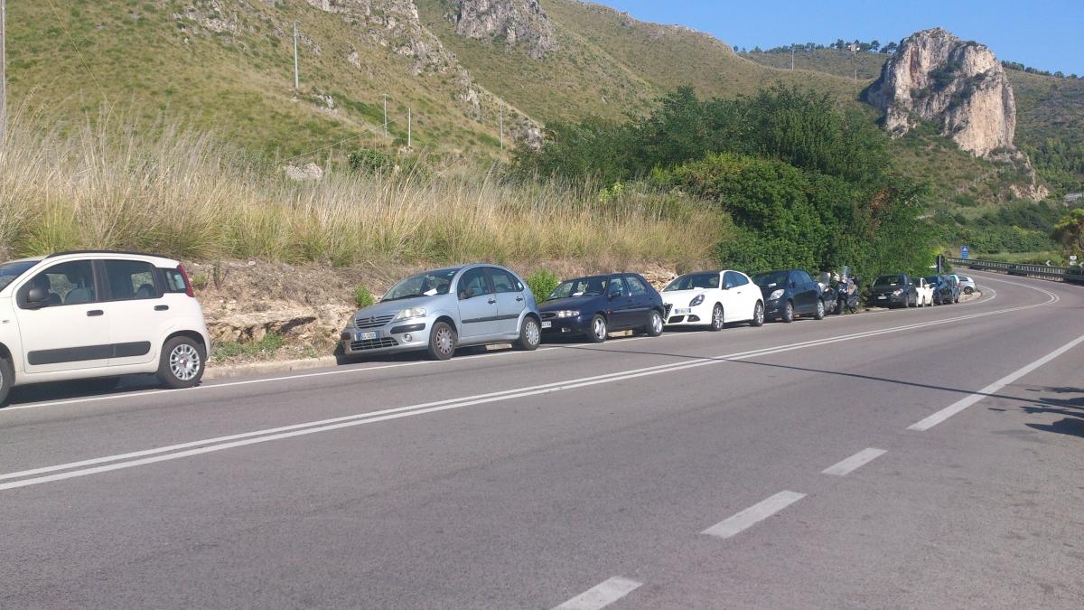 Auto costrette a parcheggiare in divieto di sosta per la mancanza di un parcheggio