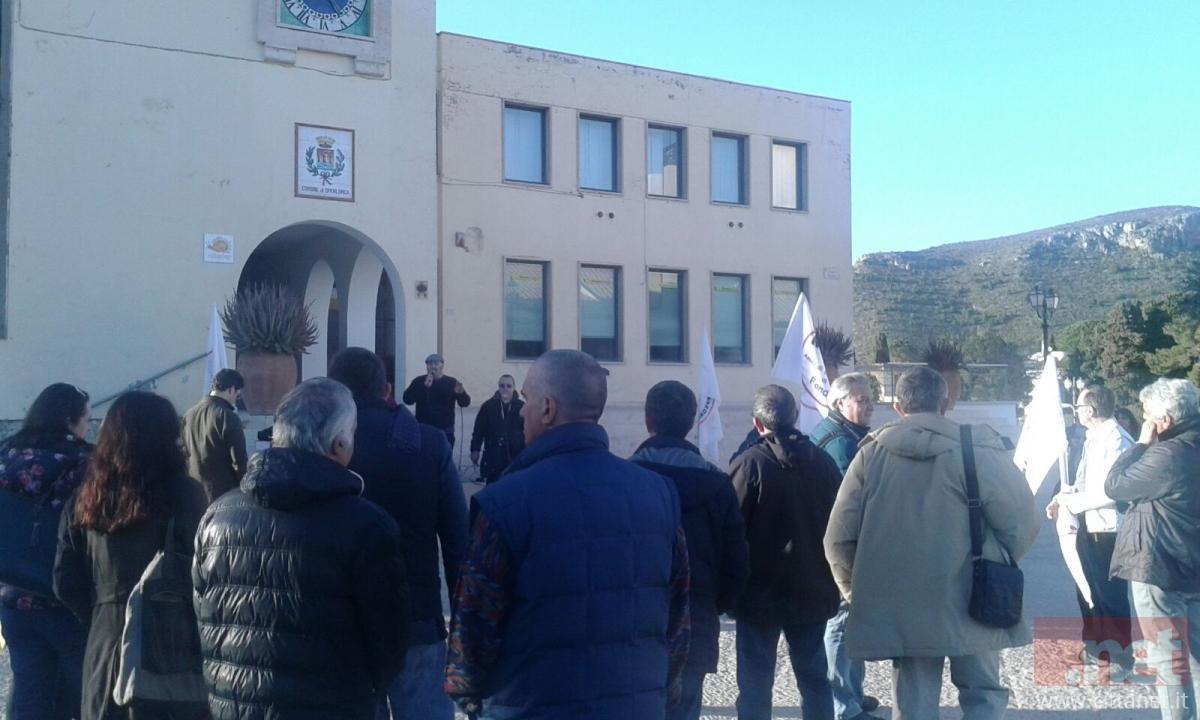 Il sit in del M5S organizzato dopo Tiberio1 a Sperlonga
