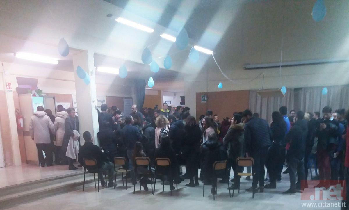 La fila al seggio 3 di Sperlonga poco prima delle 23