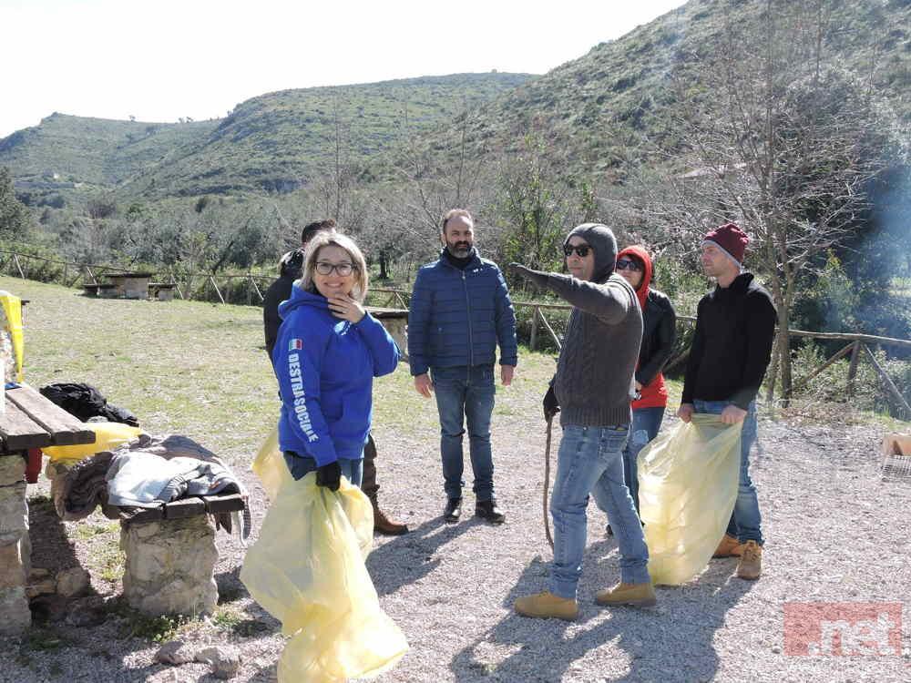 Alcuni militanti al lavoro per pulire  il sito storico