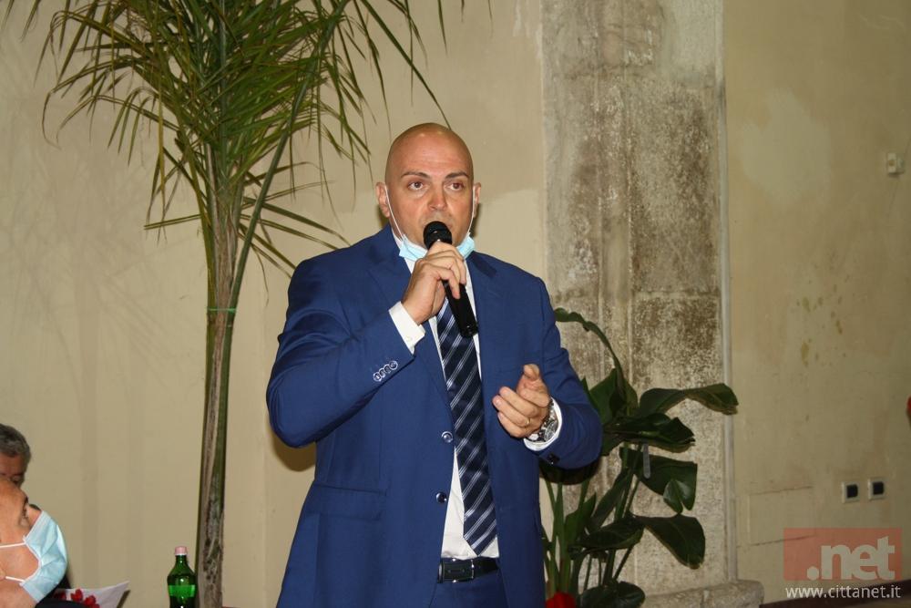 L'assessore all'Ambiente Fabrizio Macaro e l'antico lavatoio di via Gegni che sarà oggetto di pulizie straordinarie