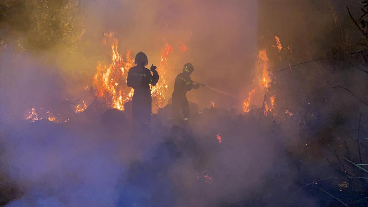 I falchi di Pronto Intervento al lavoro per spegnere i numerosi incendi divampati sul territorio