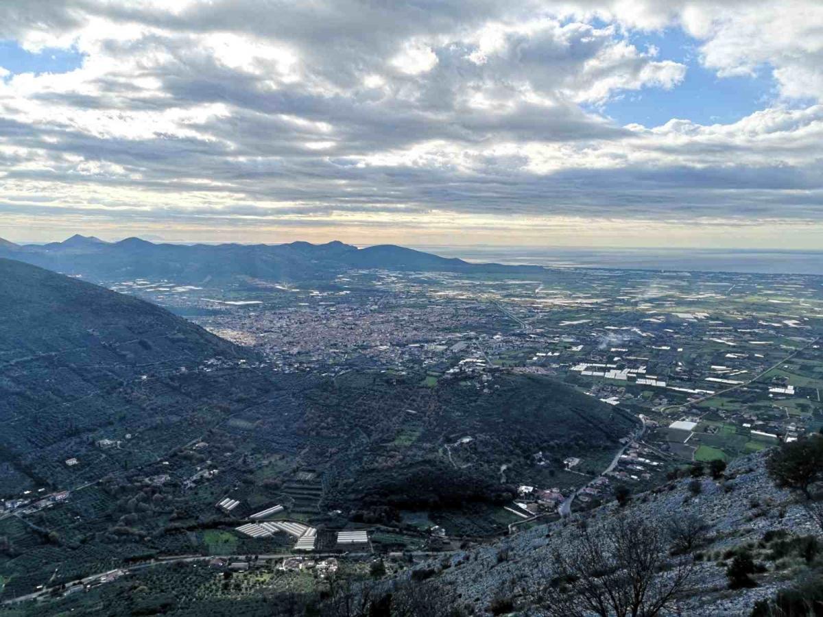 Una veduta della Piana di Fondi: una fertile pianura circondata da colline e considerata, sin dall'antichità, una terra d'oro per l'agricoltura